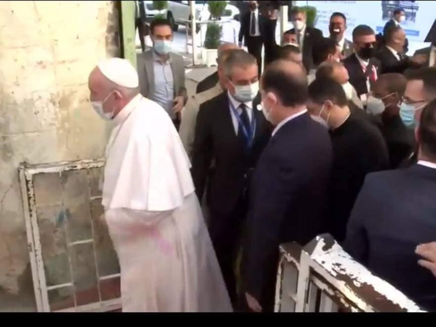 وسط إستقبال رسمي وشعبي حاشد السيد علي السيستاني يستقبل البابا فرنسيس في منزله في النجف الأشرف